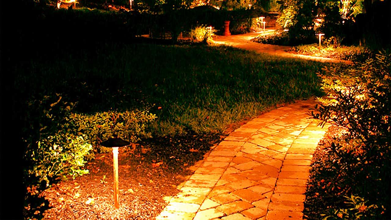 Газонное освещение создаст уют возле вашего дома. Хотите себе такое освещение? Звоните нам!