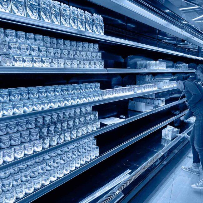Фреор запустил новую модель витрины и заказал у нас освещение холодильников. Яркий свет, экономичное решение. Хотите подобное освещение? Звоните нам!