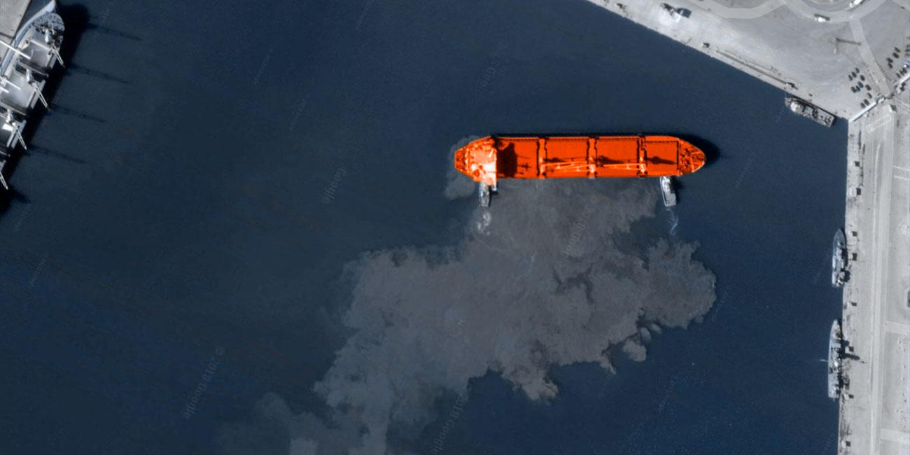 Розлив нефти из танкера вблизи морского порта. Ситуацию локализовали торфяные сорбенты нефтяных розливов и боновые перегородки с торфяным наполнителем